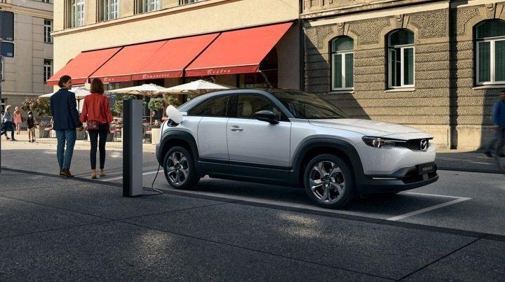 Provkör nya Mazda MX-30 hos Bjurkell Bil i Bromma